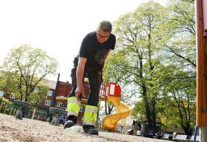Stefan Nerstedt jobbar som anläggningsarbetare med ansvar för att hålla snyggt i lekparker. Han är rejält less på att folk släpper skräpet där de står.