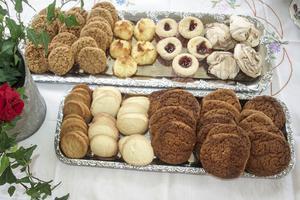Bakre fatet från vänster: Skrädmjölsdrömmar, cocostoppar, hallongrottar, chokladmaränger. Främre fatet från vänster: Barbros jämtlandskakor, citronkakor, Elins smådjäklar