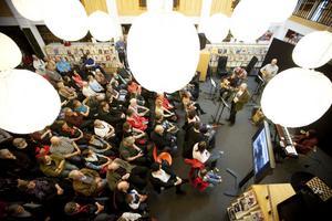 Det blev mer än fullsatt i Sandvikens folkbibliotek när författaren Bernt-Olov Andersson framträdde på lördagen.
