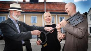 Belöningskommitténs ordförande Nils Matsson och entreprenörerna Cathrine och Hans Edblad.