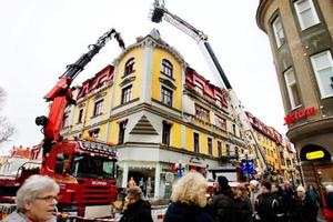 Det är fortfarande osäkert om fasaden på det brandhärjade Centralpalatset i Östersund går att rädda. Den tekniska utredningen kan dröja upp till en månad.    Foto: Ulrika Andersson