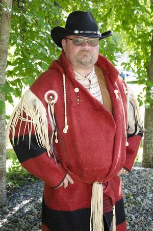 Patrik Suneson älskar att leva ut i olika stilar. Detaljerna på rocken är vackra och denna bär han en kyligare kväll.