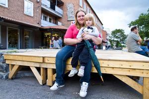 Emma Åström, 23, Storvik, med dottern Elvira Sjöholm, 3:– Coldplay skulle jag vilja se, men jag vet inte om de är från USA, säger Emma.