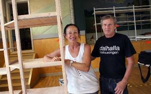 Carola Kutcap Buss och Sture Buss från Insjön är glada över att Tulavippan öppnar igen. -- Det är så roligt att få sälja grejer igen, säger paret som hyrt en golvyta där de sätter upp egna hyllor.
