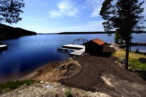 Före. Så här såg det ut ner mot sjön Runn, när matjorden skyfflats ut där gräsmattan skulle läggas. Foto:JohanSolum