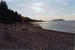 Vacker vy utefter Storsjöns stränder nära Mjäla vid Myssjönäset. Här ser vi ner mot näsets sydligaste udde. Till höger Hoverberget i all sin glans. Observera också de vackra molnen som solen så magiskt lyser upp.   Foto: Rolf G. Swedbergh