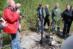Gunnar Eriksson berättar om varför det sipprar fram olja ur marken i Solberga.