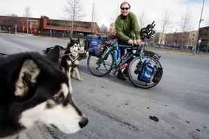 Randolph Westphal från Tyskland har i 21 år cyklat runt om i världen - allt medan han genomför en behandling mot hudcancer.