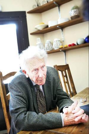 87-årige Carl-Göran Ekerwald kommer i höst med en bok om poeten Olav H Hauge.Foto: Håkan Luthman