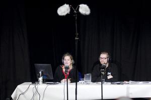 Programledare Madeleine Drake och Daniel Gustavsson, domare, värmde upp de tävlande och publiken innan sändningen av Vi i femman.