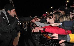 Kevin kostade på sig att ta i hand med publiken längst fram. Foto: Jonas Stentäpp