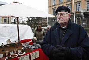 –Jag brukar gå hit varenda gång det är är bondens marknad. Det är roligt med alla småbönder och småtillverkare, säger Fred Rothpfeffer.