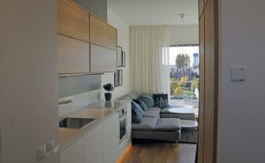 Kök och vardagsrum är integrerade. Köksluckor och parkettgolv är i ek.