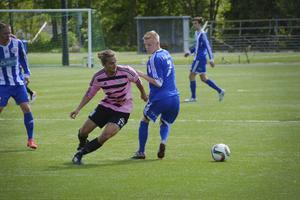 Frösöns högerback Erik Lundqvist duellerar med Hampus Sjödin. Den senare satte snyggt 2–1-målet på en frisparksvariant.