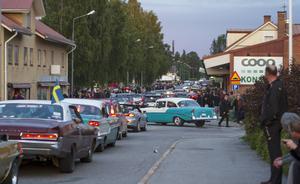 Många bilar i rad i Hammarstrand.