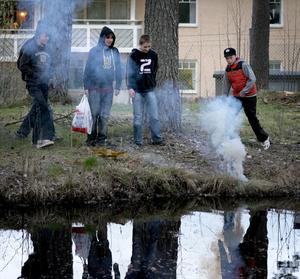 Smälleri. Det unga Grängesberg passade på att avfyra en och annan salva intill parkdammen.