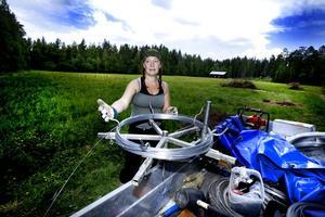 """stängslar. Sara Wennerqvist som är regionsansvarig för Rovdjursföreningen i Gävleborg har jobbat hårt för att få fram en lokal grupp som kan jobba med stängsling. Med experthjälp från Linköping som varit med vid två tillfällen är den lokala gruppen nu redo för att ta egna uppdrag. """"Det vi vill ha ut är att vi hjälper djurägare med att sätta upp viltstängsel"""" säger hon."""