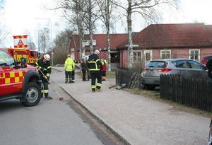 En av bilarna i kollisionen körde in i en villaträdgård.