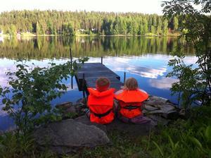 Leo och Nova vid sjön Långalen i Dalarna juni 2011