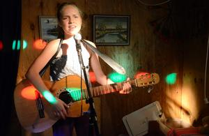 Musik. Angelica Lisswandt övar inför talangjakten. Hon ska vara med i tre olika nummer.