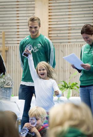 I lördags firade Envikens IF 80 år och bland genomfördes prisutdelningar för klubbens ungdomslag. Här har precis Caroline Zetterberg fått ta emot sitt pris av Petter Tynelius.