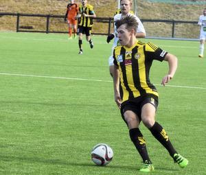 Rasmus Engström gjorde båda målen när Friska Viljor bortaslog Gällivare/Malmberget med 2–1. Nykomlingen FV ligger tvåa i division 2 Norrland.