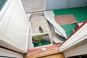 Det var här hyresgästen Heinz Ekruth på Engelbrektsgatan föll igenom balkonggolvet, ner på sin grannes balkong den 3 maj 2012.