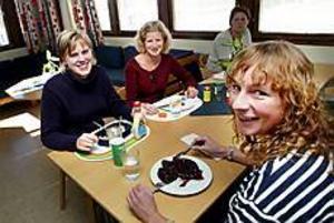 Foto: GUN WIGH Lättade. Handläggarna Camilla Sundin, Maria Andersson och Karin Hurinsky fick i går veta att deras jobb på kontoret i Gävle inte är hotade. - Oron har funnits där, säger en lättad Karin Hurinsky som vetat om sparkraven sedan i maj.