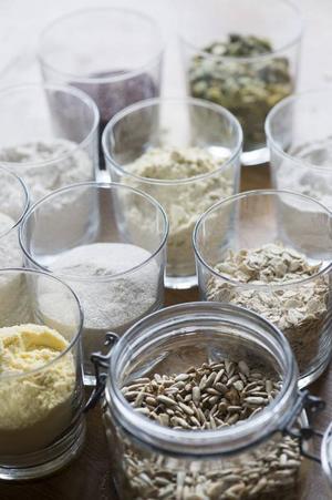 Det finns mycket att välja på - även för den som inte tål gluten. Majsmjöl, psylliumfrön, bovetemjöl, havremjöl, solrosfrön, pumpakärnor och rismjöl är några av ingredienserna i boken Nytt bröd - baka gott utan gluten.Foto: Leif R Jansson/TT