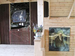 I öppningen till hölogen hänger Torun Eliassons Especto, i trappan upp Sara-Vide Ericsons Täcket.