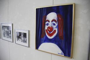 Flera olika tekniker samsas på väggarna i den retrospektiva utställningen.