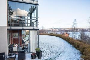 Foto: Fastighetsbyrån Lägenheten ligger på markplan och har både uterum och uteplats.
