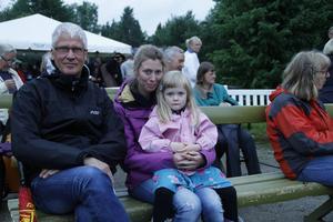– Vi är här för att lyssna på musiken men hoppas på dans senare i kväll, säger Mikael Nylin från Sandviken som besöker stämman med Karin Toresson och hennes dotter Eli Westlund.