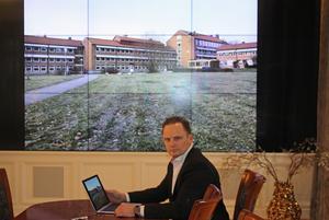 Niclas Ericsson är ny ägare till Gideonsbergsskolan.  Han visar bilder av skolan på kontorets vägg.