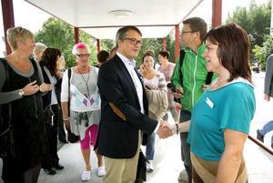 Madeleine Hansback, vårdenhetschef barn- och ungdomspsykiatrin (BUP) i Hudiksvall fick tillfälle att skaka hand med socialminister Göran Hägglund.