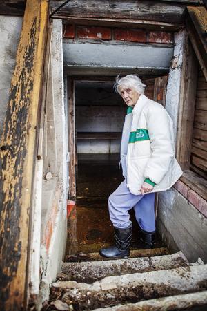Här förvarade Syster Söderberg potatisen och för ett par tre år sedan var matkällaren var lika torr och funktionell. Nu når vattnet över stövelskaften.