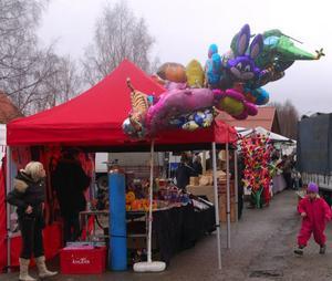 Många försäljningsstånd som vanligt under påskmarknaden  i Vemdalen. Foto: Leif Eriksson
