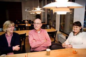 """I fiket på Rådhuset sitter Christina Nilsson, Jan Asplund och Christina Eskils och är rökfria. Kommunens nya policy påverkar inte dem direkt. Men alla kommer ihåg hur det var på det """"gamla goda"""" 1980-talet. Det var en annan tid då. """"Jag minns när det blev rökrum. Gick man in där, det var alldeles hemskt"""", säger Christina Nilsson.  Foto: Ulrika Andersson"""