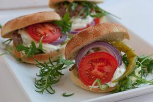 Ett bra sätt att variera sig är att göra hamburgare på lammfärs. Här får den sällskap av fetaostkräm och medelhavssmaker.