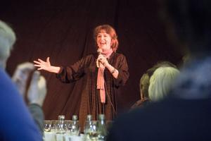 Siw Malmkvist har en rejäl låtskatt att ösa ur och hon bjuder generöst det fullsatta Gröna rummet på både musik och anekdoter från en karriär som startade 1955.
