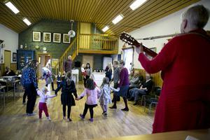 Ett litet men dansant gäng samlades till årets julfest i Örängarna, Hedemora.
