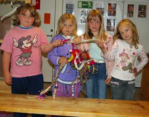 Hanna, My, Lovisa och Natasha med resterna av mobilerna som de framställde i förra veckan. Flickorna undrar vem som kan ha haft glädje av att förstöra deras arbeten.