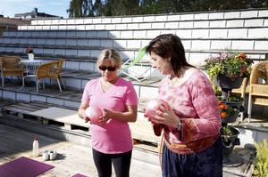 Elena Öberg är ingen yogamänniska men blev nyfiken på chiball, en slags yoga. Här får hon instruktioner av yogaledare Anitha Svedlund.