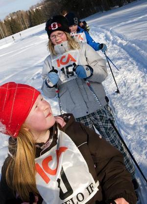 """""""Det här var ganska lätt, men jag blev lite trött"""", sa Karin Heijdenberg, 8 år, efter ett varv i spåret i väntan på att få skjuta tennisbollar. Elin Backlund, bakom henne, hade hunnit med två varv längs stora banan då hon lyckades ta sig förbi flera medtävlande. Foto: Håkan Luthman"""