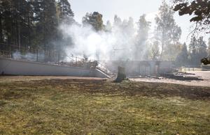 En stor del av gräsmattan intill är svedd efter den kraftiga branden. Folk som såg branden menar att elden sträckte sig som mest 50 meter upp i luften.