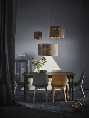 Stolen Odgers moderna och enkla linjer fungerar både i vardagsrummet, arbetsrummet och köket. Bonus att den monteras utan beslag eller verktyg. Gjord på återvunnen plast och förnybart trä. 595 kronor styck.