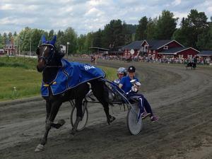 Rickard N Skoglund seger defilerar med Dats Marido.