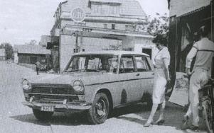 Bilismen kom. Ragnhild Källdal beskådar en ny Fiat i kvarteret Bilen.