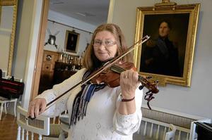 I ny lokal. Bielkemässen blir på söndag plats för en musikalisk salong. Ingela Hagenfors ska spela fiol i den nya folkmusikgruppen som bildats inom Hallsberg-Kumla-Örebro orkesterförening.