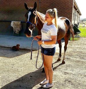 Linnea Hollander kommer i höst att arbeta som hästskötare i Australien där hon tidigare praktiserat, och där bilden är tagen.